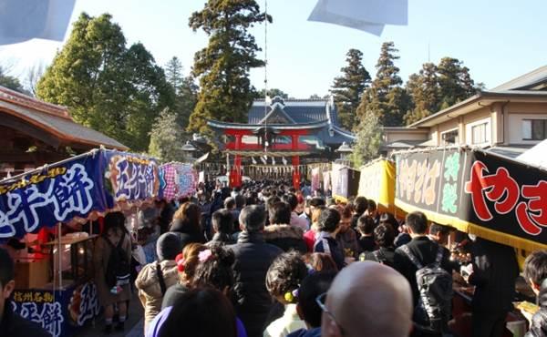 初詣客で賑わう神社と屋台