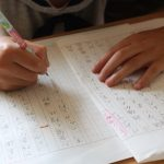 読書感想文を書く子供