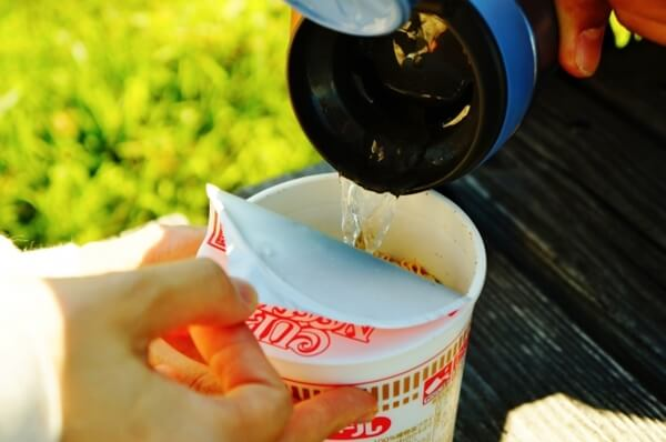 カップヌードルにお湯を注ぐ