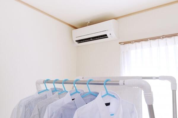 部屋干しした洗濯物とエアコン