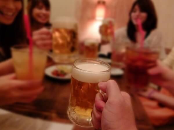 新年会での乾杯の様子