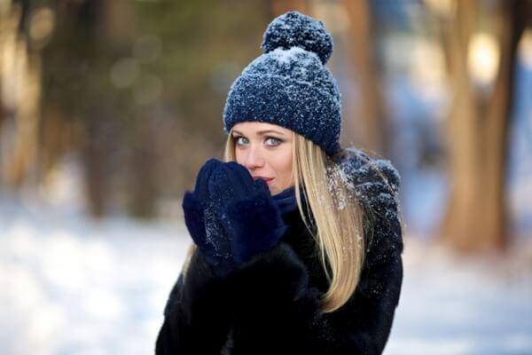 冬の寒さに凍える女性