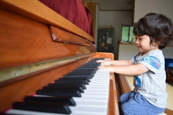 ピアノを練習する男の子