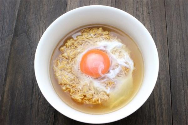 卵をのせたチキンラーメン